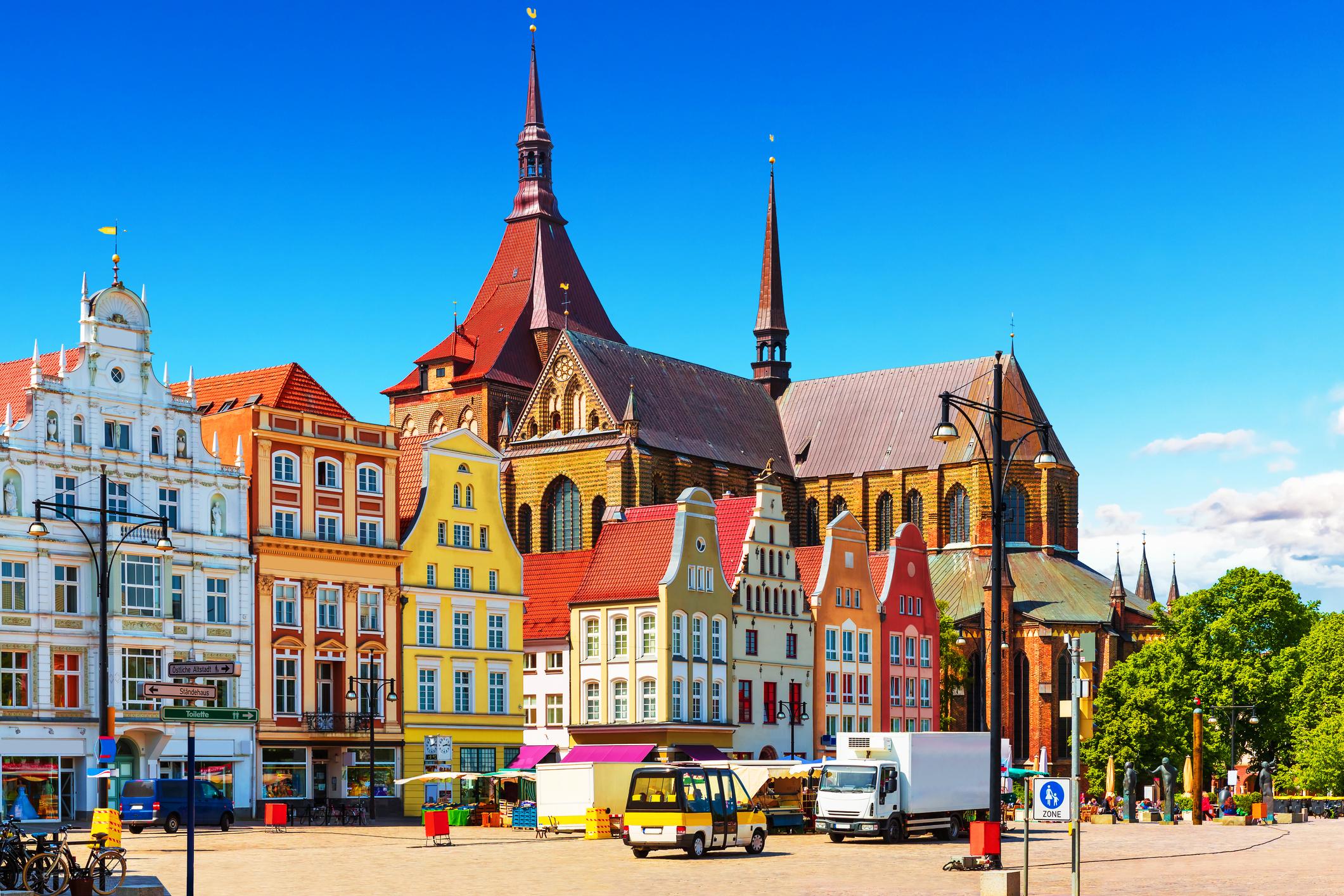 """Росток<br /> В силните години на Ханзата Росток е бил един от най-важните разпределителни центрове на Балтийско море. В наши дни всяко лято в града се провежда празникът """"Hanse Sail"""". Специално за него в пристанището на Росток котва пускат до 250 платноходи и кораби-музеи, които могат да бъдат посетени от жителите и гостите на града."""