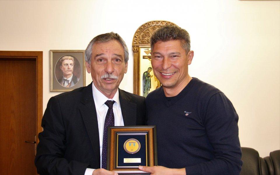 Новоизбраният селекционер на националния футболен отбор на България и гениален