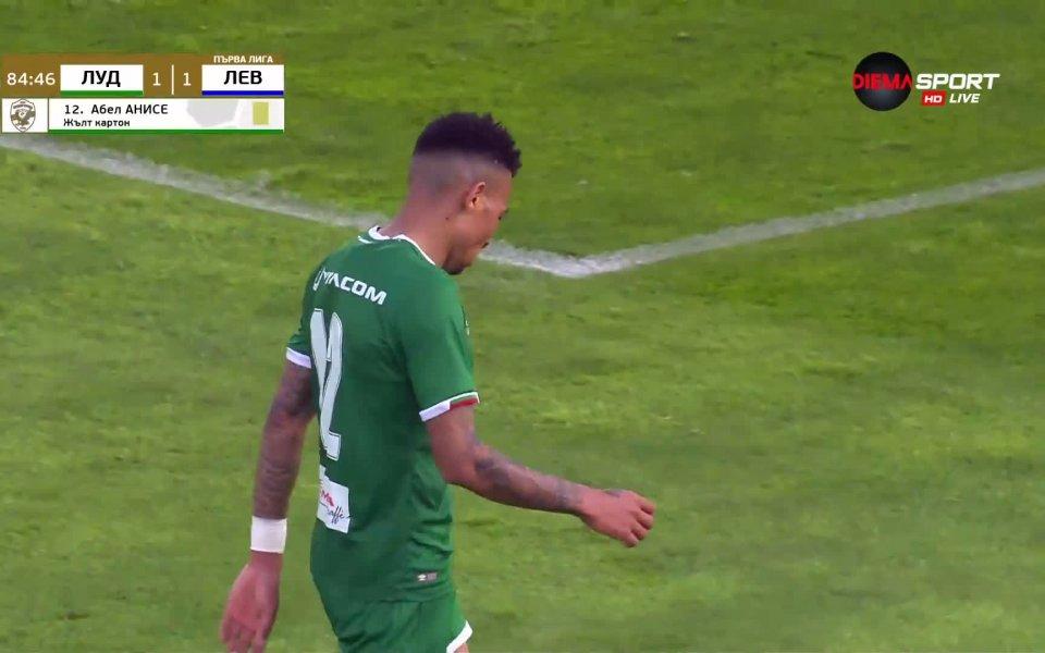 Лудогорец остана 9 души срещу Левски в 85-ата минута на