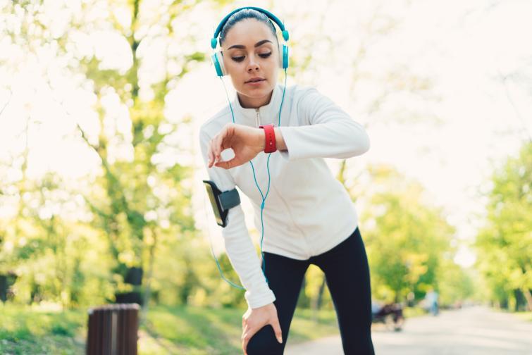 Fitness Tracker Подходящ подарък за запалените по спорта. Повечето модели имат вграден пулсомер, до 5 дни живот на батерията, както и възможност за следене качеството на съня.