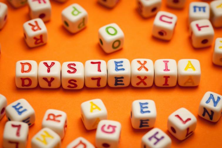 Симптом на Дислексия е да виждаш буквите отзад напред.