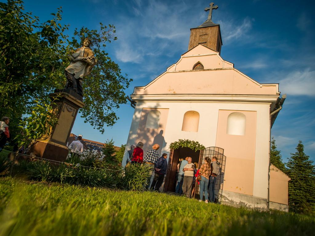 Вярващи почитат св. Йоан Непомук, покровител на рибари, водни мелници и мостове в Баха, Унгария.
