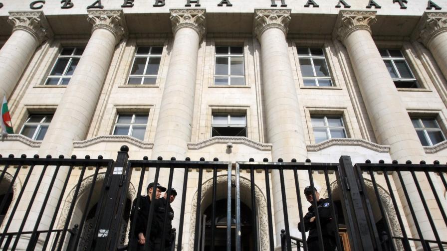 """Нападнаха служител на """"Съдебна охрана"""", 10 задържани"""
