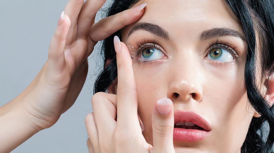 """Контактните лещи отслабват зрението<br /> Основната цел на контактните лещи е да помагат на хората с увредено зрение да виждат по-добре. Митът, че зрението отслабва от тях е свързан с идеята за """"мързеливите очи"""" и вярването, че ако едно дете дълго време кара колело с помощни гуми, ще свикне с тях. Факт е, че зрението на много пациенти, носещи контактни лещи, се влошава с времето, но това е съвсем естествен процес, дължащ се на други фактори, но не и на носенето на лещи."""