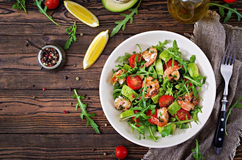 <p><strong>Салата скариди с домат</strong> - скаридите са още един чудесен източник на протеин за дните, в които ви се хапва нещо морско.</p>  <p><a href=
