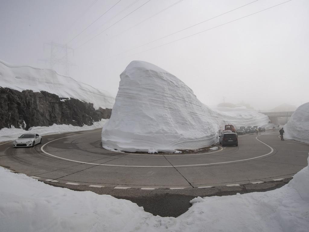 Проходът Готард, Швейцария бе почистен от снега и отворен за движение