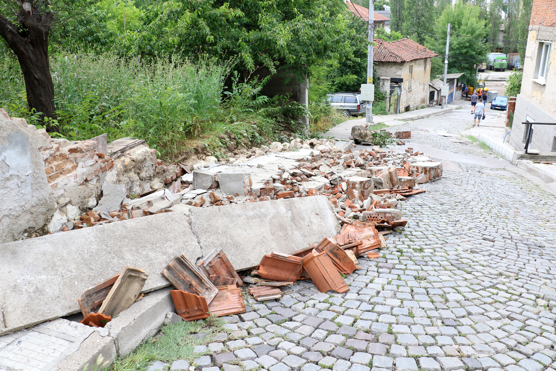 Наводнени приземни етажи, мазета, улици, паднали огради, разрушени пътища, отнесени автомобили. Това са част от щетите, нанесени от съботната буря, която връхлетя Хасково