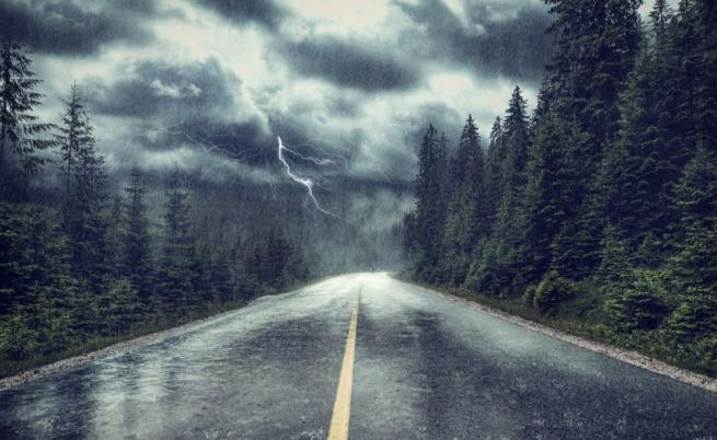 Дъжд и гръмотевици, опасно време в почти цялата страна