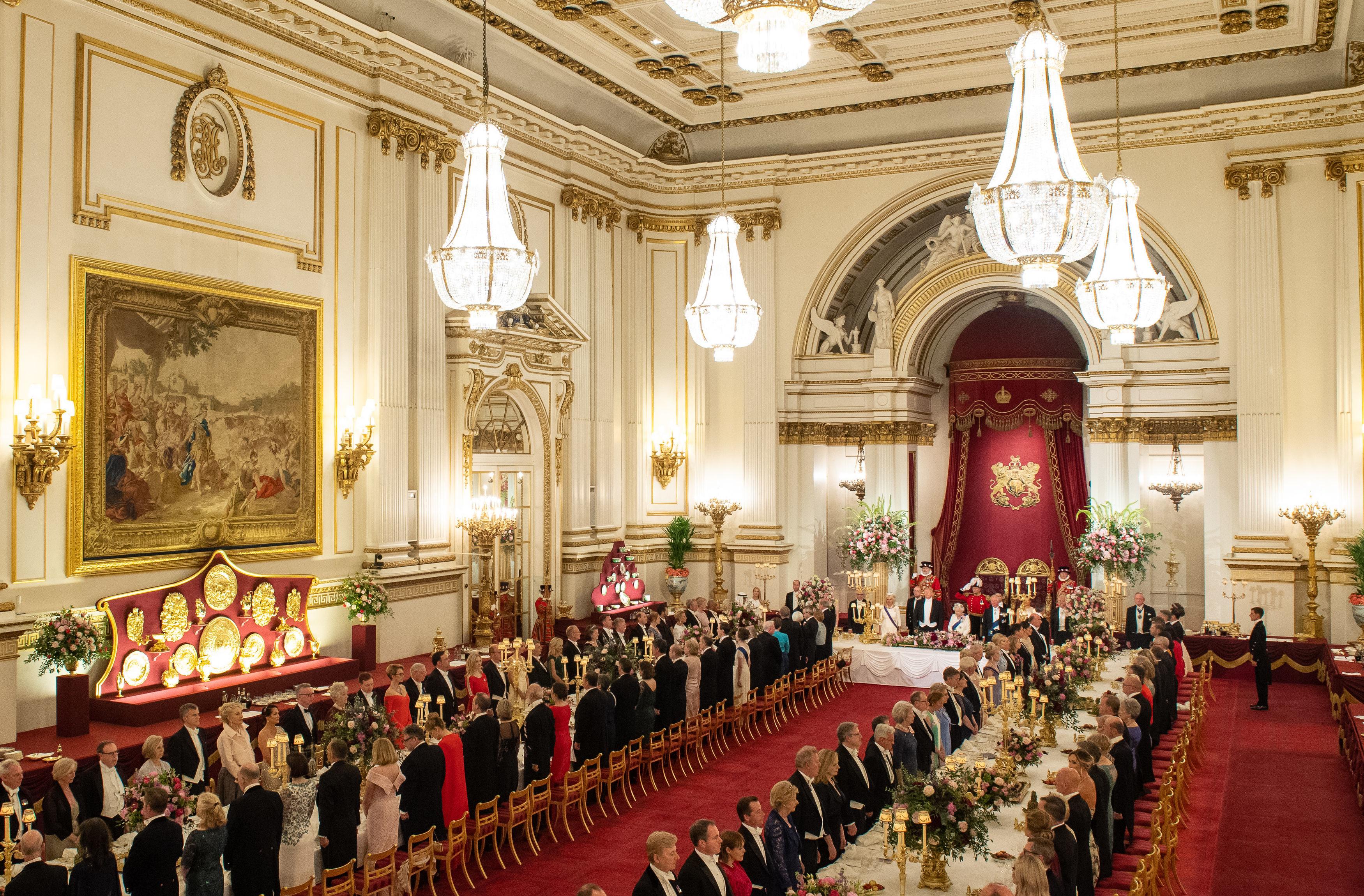 """Впечатляващи тоалети, повечето от които бели, бяха демонстрирани на банкета, даден от кралица Елизабет Втора в чест на американския президент Доналд Тръмп и съпругата му Мелания, пише в.""""Сън"""".<br /> Първата дама на САЩ бе избрала дълга рокля на Диор без ръкави, съчетана с бели ръкавици. Тоалетът беше дефиниран от модните експерти като сив, въпреки че на телевизионните кадри изглеждаше бял."""