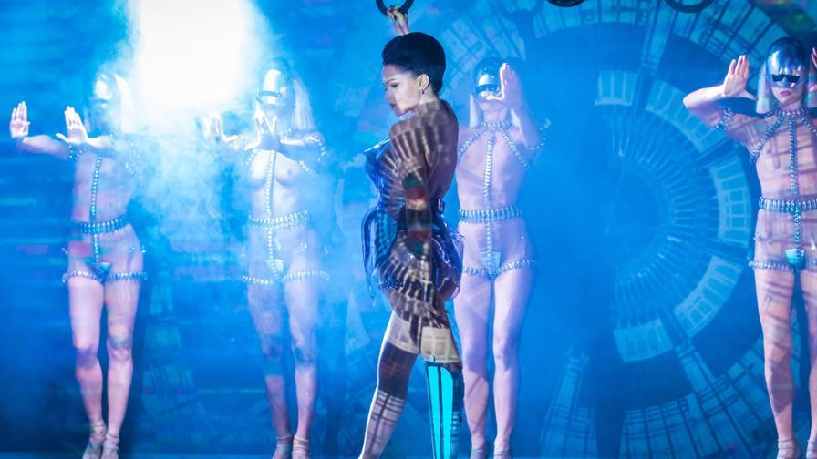<p><strong>Виктория Модеста</strong> &nbsp;- поп звездата с ампутиран крак</p>