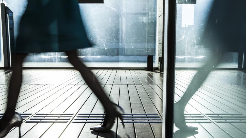 Бунтът на жените срещу високите токчета в офиса: #KuToo