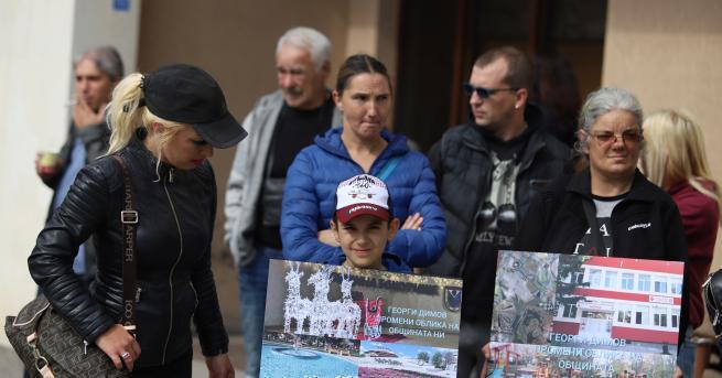 България Протест за кмета на Божурище Гледат мярката му, докато