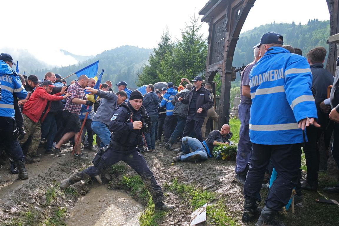 Министрите на външните работи на Румъния и на Унгария обсъдиха снощи в телефонен разговор напрежението, което възникна между румънци и етнически унгарци във връзка с военно гробище в село Валя Узулуй, окръг Харгита, съобщава агенция Аджерпрес.