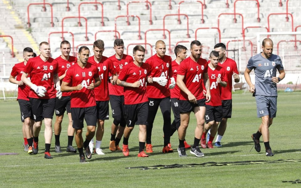 Около 200 привърженици на ЦСКА аплодираха отбора за старта на