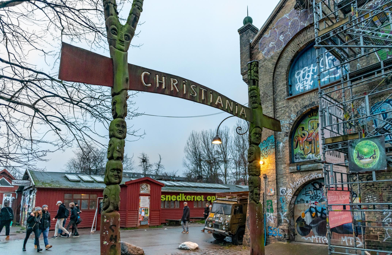 """Свободен град Християния, Дания<br /> Създадената през 1971 г. вследствие на хипи протест микронация от 850 души съществува вече почти 50 години. Тя представлява частично самоуправлявана, неофициална """"държава в държавата"""", разположена в район Христиансхавън на Копенхаген. Въпреки противниците си сред датските власти има особен полулегален статут в Дания и частична независимост. Обитателите на Християния имат собствени закони, независими от законите на Дания. Сред тях са: забрани на автомобилите, кражбата, тежките наркотици, огнестрелното оръжие и бронежилетките."""