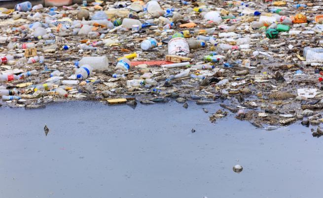 Да плуваш в токсични води - мъжът, който рискува живота си за кауза