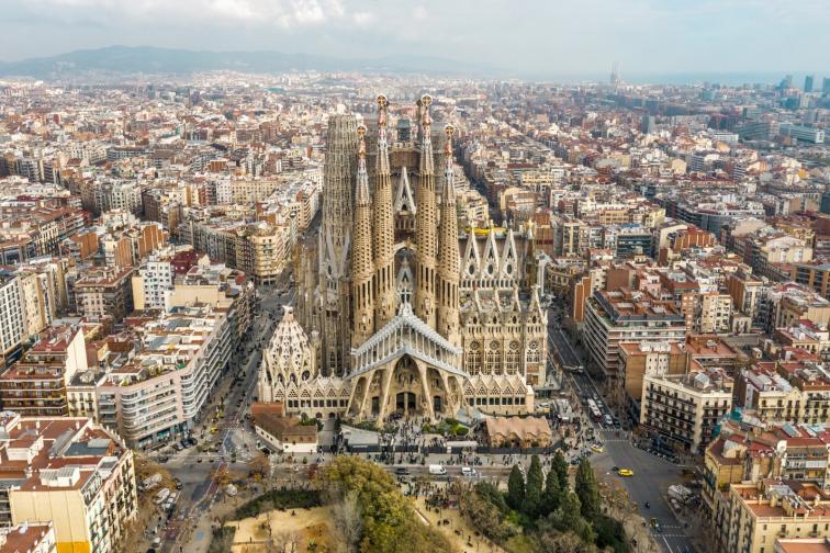 Един от най-известните туристически обекти в Испания е Саграда Фамилия в Барселона. Впечатляващата недовършена църква, която се посещава от повече от четири милиона души годишно, е плод на въображението на испанския архитект Антони Гауди. Любопитен факт е, че 137 години църквата не е довършена, защото няма разрешение за строеж. Документът беше издаден преди броени дни и важи до 2026 г., когато се предполага, че обектът ще бъде довършен.