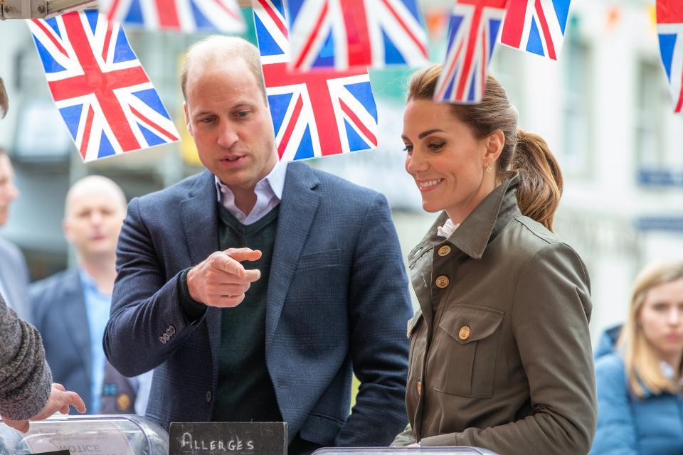 Херцогът и херцогинята на Кеймбридж Уилям и Кейт са на посещение в Кесуик, графство Кумбрия. По време на визитата си те се разходиха сред събралата се да ги види тълпа от граждани и там Катрин Мидълтън се натъкна на 3 неочаквани приятелчета, а именно - 3 сладки кученца порода шпаньол.