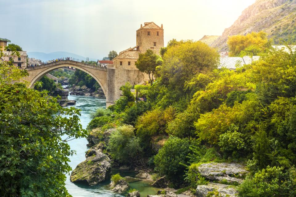 Мостар е една от най-популярните дестинации в Босна и Херцеговина., Всяка година малкото градче привлича хиляди туристи., Мястото е съчетание от невероятна природа, история и архетектура. Наричат го градът с калдъръмените улички и приказния Стар мост.