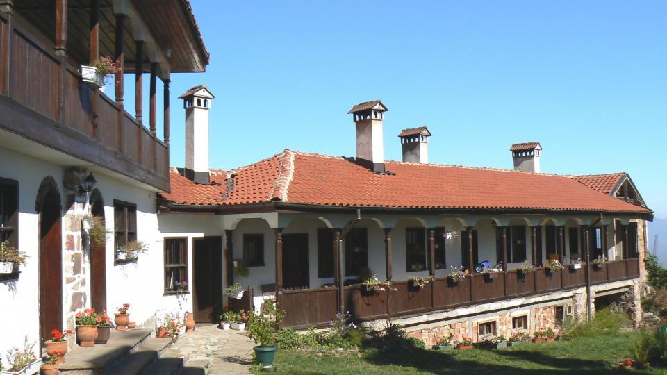 """<p lang=""""bg-BG"""" xml:lang=""""bg-BG""""><strong>Лозенски манастир</strong> (Разстояние от София: 20 км) -&nbsp; Част от&nbsp;Софийската Света гора,&nbsp;Лозенският манастир&nbsp;е един от най-посещаваните в района, а гледката, която се разкрива от него към Софийското поле, буквално ще ви спре дъха. От центъра на Долни Лозен е под час пеша нагоре по не особено тежък горски черен път. След това можете да продължите към&nbsp;връх Половрак&nbsp;по Лозенската екопътека&nbsp;и да слезете през село Пасарел.</p>"""
