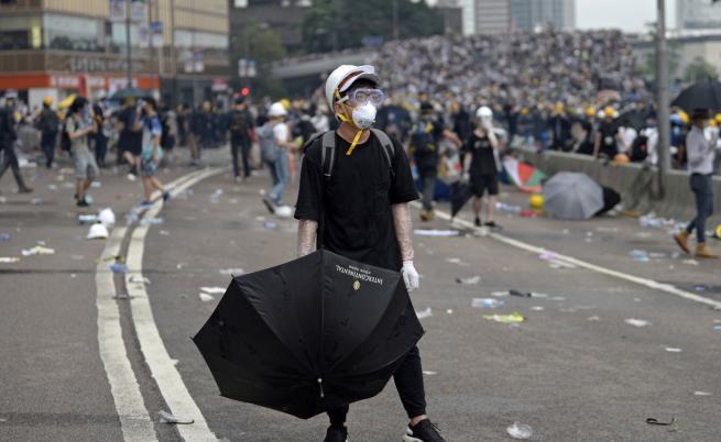 Чия е сянката зад проектозакона в Хонконг