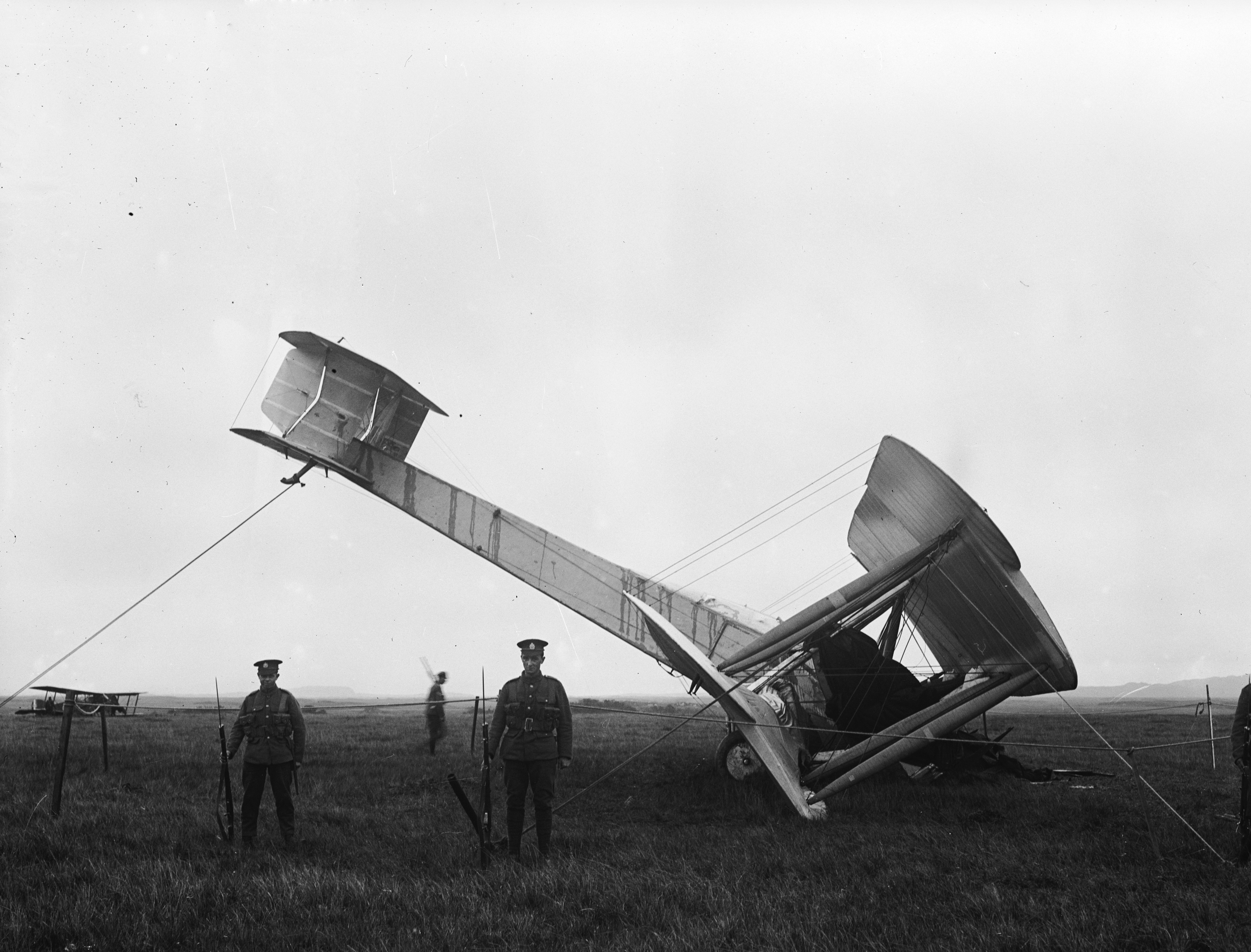 """На 14 юни 1919 година английските авиатори Джон Уилям Елкок и Артър Браун излитат от канадското градче Сент Джон, Ню Фаундленд със самолет на компанията """"Викерс"""". Те осъществяват първия полет над Атлантическия океан без междинно кацане. След един ден във въздуха те се приземяват в Ирландия на място, наречено Клифден"""