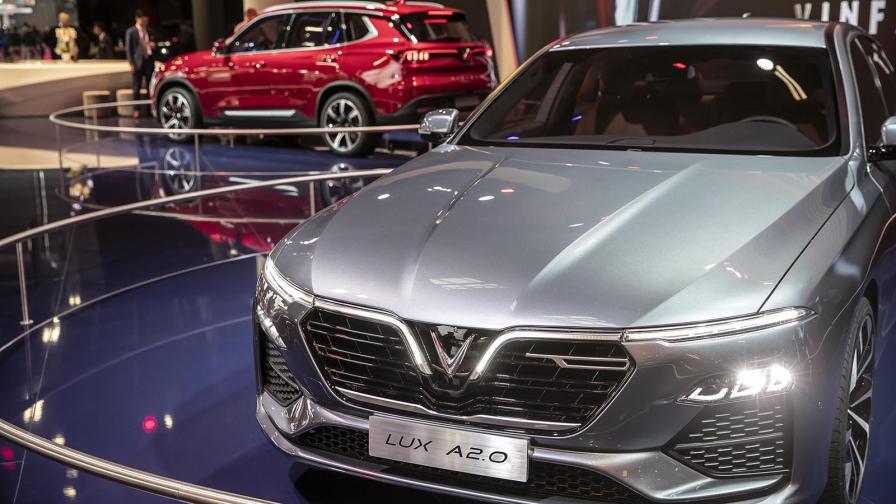 VinFast LUX A2.0 и на заден план LUX SA2.0 по време на представянето на марката на автомобилния салон в Париж през 2018 г. Рекламно лице тогава бе Дейвид Бекъм.
