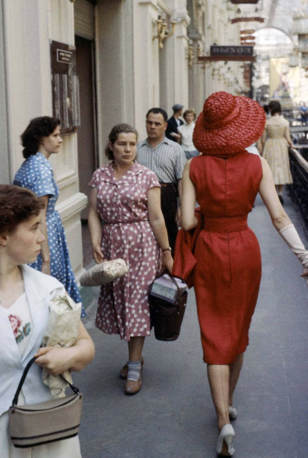 С торба, пълна с покупки за дома, съветската домакиня се сблъсква с Диор.