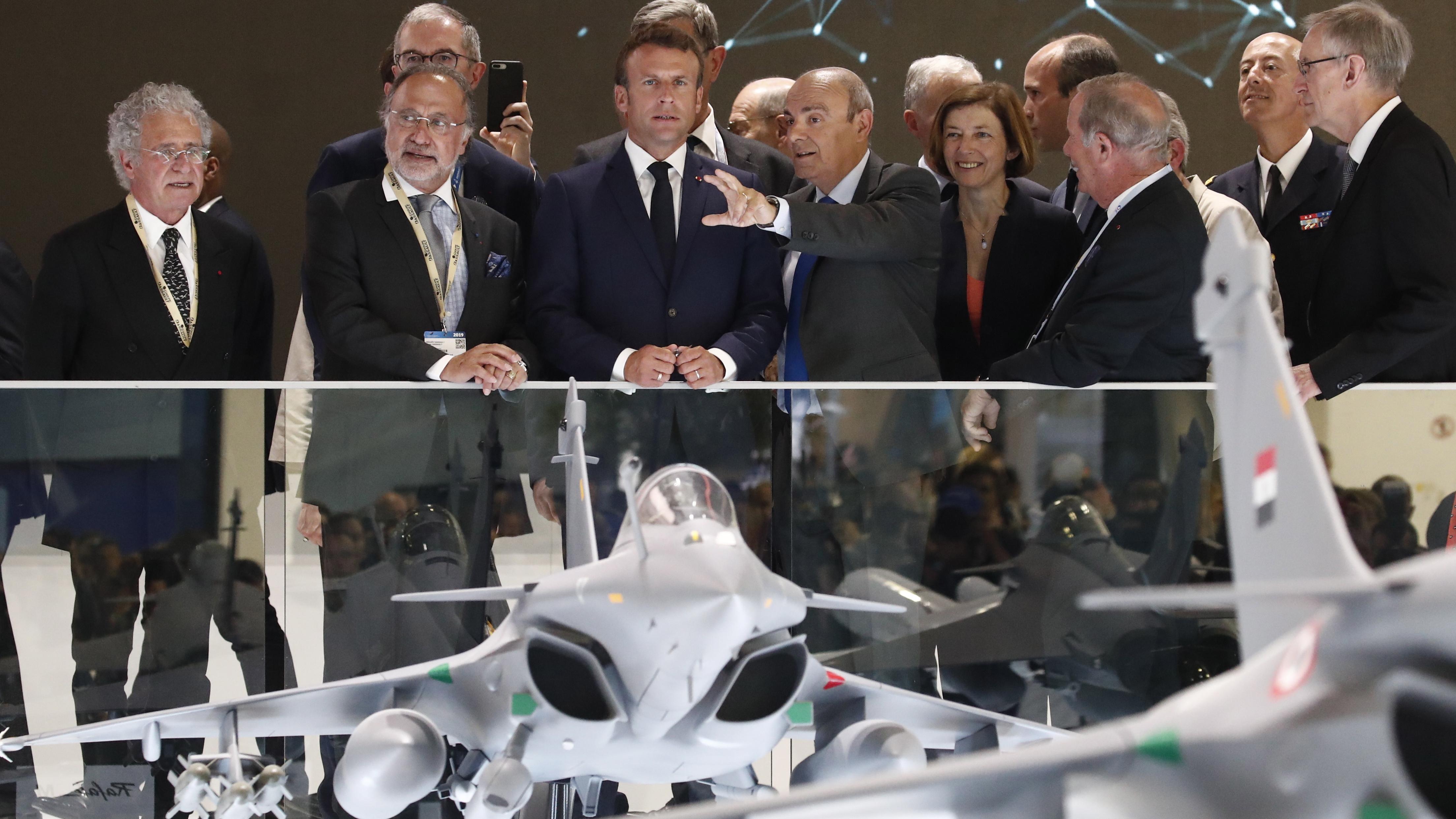 На изложението са представени над 140 нови вертолета и самолети от всички класове, а в летателната програма са включени 40 самолета и вертолета.