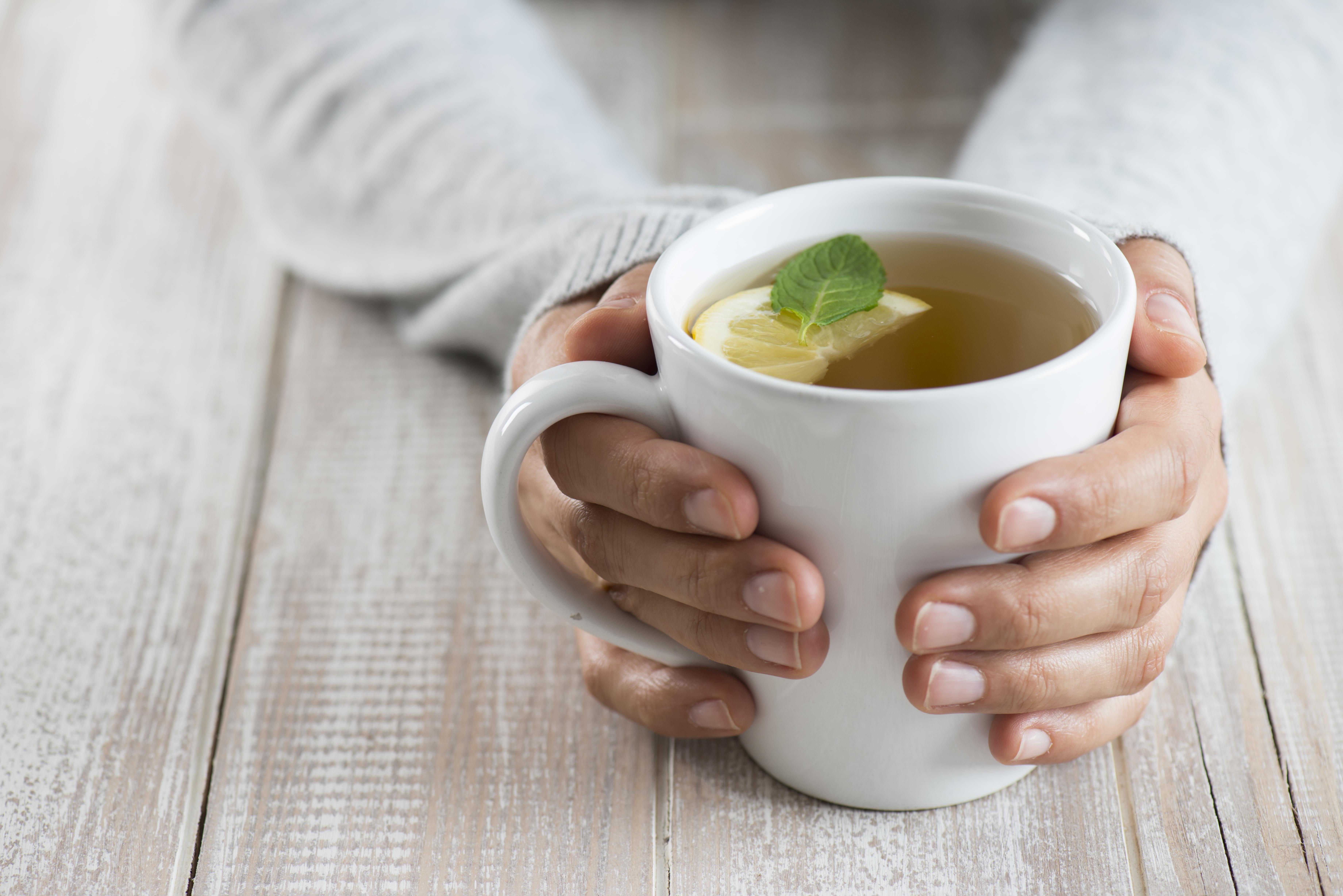 Пийте зелен чай<br /> Дори чаша зелен чай дневно допринася за изгарянето на мазнините. Напитката съдържа флавоноиди и мощни антиоксиданти, известни като катехини, които ускоряват метаболизма.
