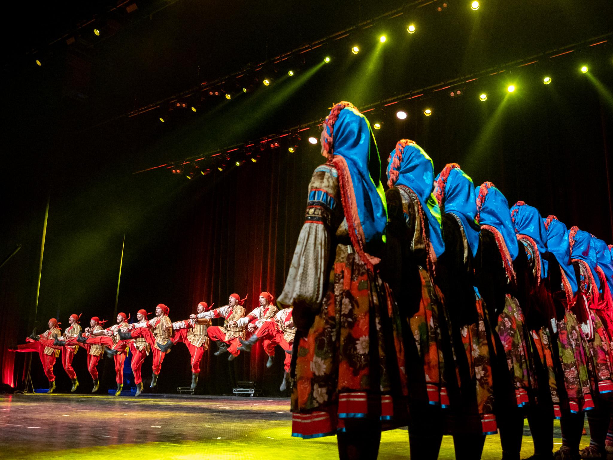 В състава на ансамбъла са над 100 души - певци, танцьори и музиканти.