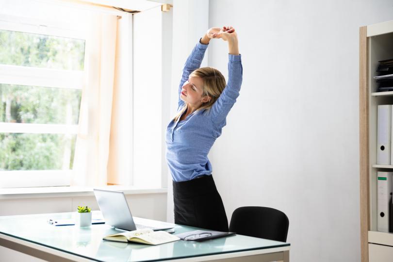 <p><strong>Прекарвайте повече време в изправено положение</strong><br /> &nbsp;<br /> Ако работите в офис, гледайте да устоявате на порива да прекарате деня си в седнало положение. По възможност инвестирайте в &quot;изправено бюро&quot;. Ако работата ви не го позволява, ставайте по-често и се разхождайте, за да поддържате физическата си активност.<br /> <br /> Човек изгаря средно 2,6 калории за минута в седнало положение и 3,3 калории в изправено. Това означава, че ако прекарате четири часа прави, ще изгорите допълнителни 168 калории.</p>