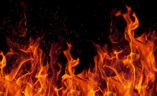 Голям пожар в Хасковско на метри от къщи