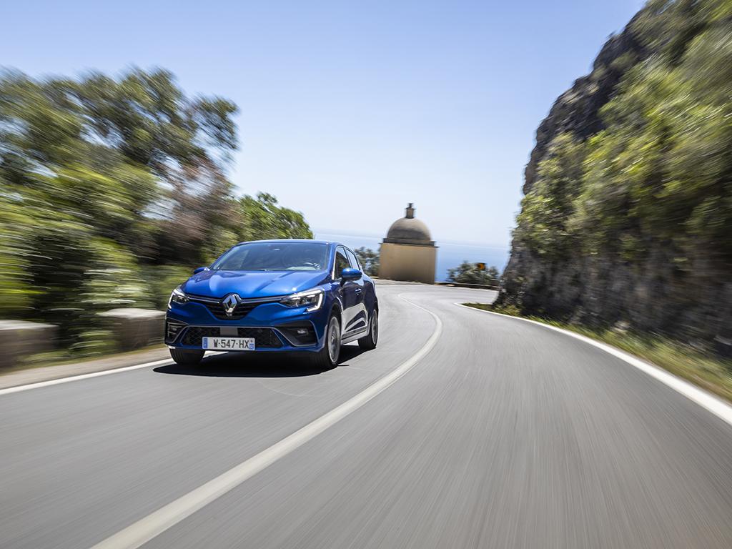 Петото поколение на Clio идва след близо 15 млн. продажби. Изглежда като по-сериозен фейслифт отвън, но в действителност е изцяло нов модел, а истинските промени са вътре и под ламарините. Clio V дори предлага системи за полуавтономно шофиране.