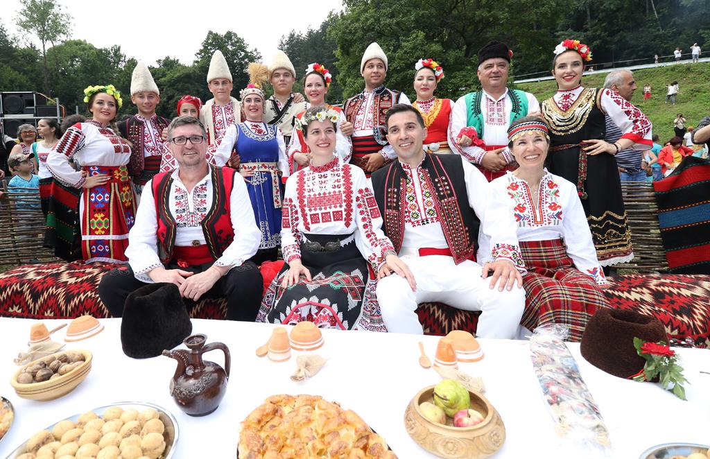 """С пресъздаване на традициите, свързани със северняшката сватба, завърши четвъртият Национален фолклорен събор """"Леденика"""" край едноименната пещера във Врачанския балкан. Младоженците Петя и Калин заедно със самодейците от танцов състав """"Мездра"""" пресъздадоха най-важните ритуали, свързани със сватбите в Северозападна България"""