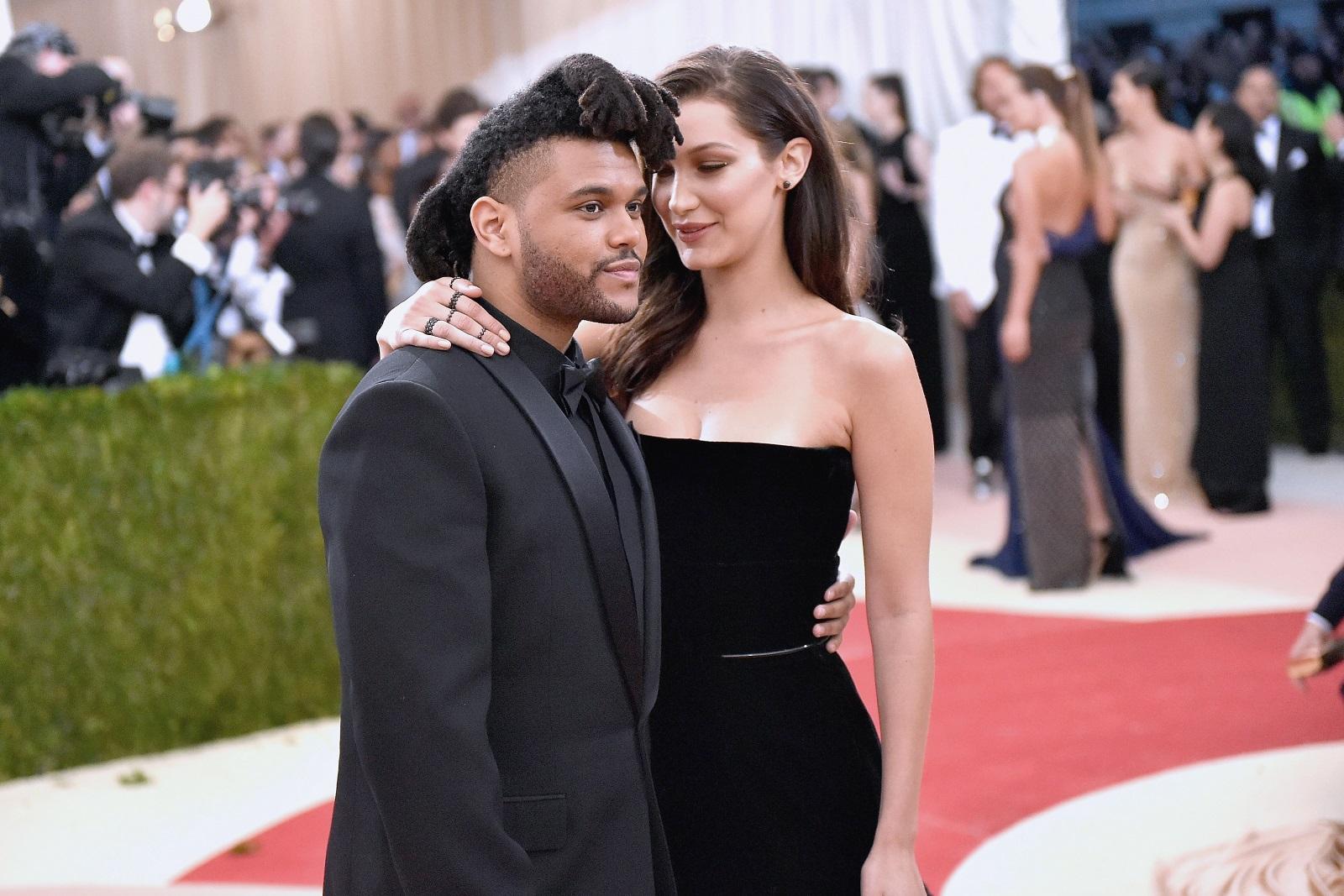 Бела Хадид и The Weeknd<br /> Когато имаш приятелка модел, трябва да си подготвен за това тя да те превъзхожда по височина.