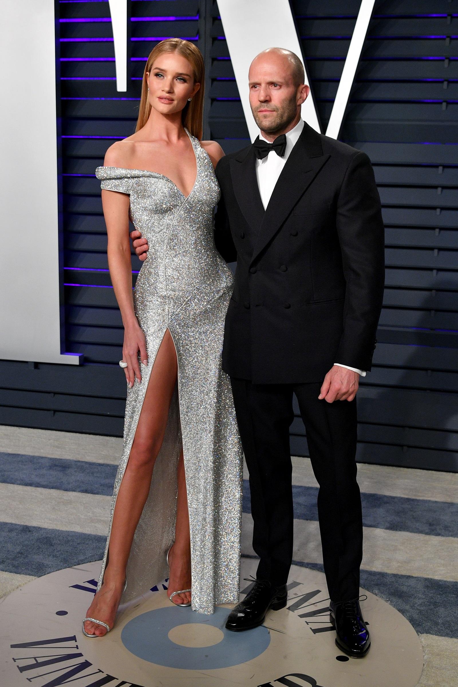 Роузи Хънтингтън-Уайтли и Джейсън Стейтъм<br /> Подобно на певеца Weeknd, актьорът е приел факта, че половинката му е един от най-известните модели в света и го превъзхожда по височина.