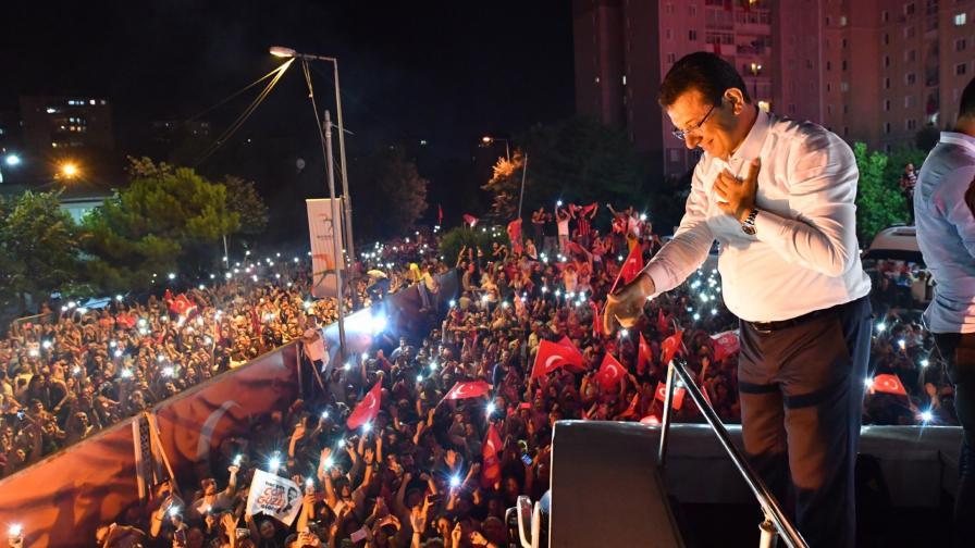 Екрем Имамоглу празнува победата си в Истанбул