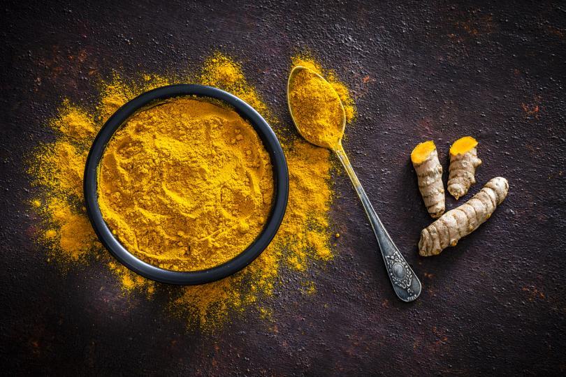 <p><strong>Куркума</strong></p>  <p>Билката има много лечебни свойства, дължащи се на нейната биоактивна съставка - куркумин. Приемът на куркума, добавена към храната или на куркумин, като хранителна добавка, могат успешно да намалят лошия холестерол в кръвта и да повишат добрия холестерол.</p>
