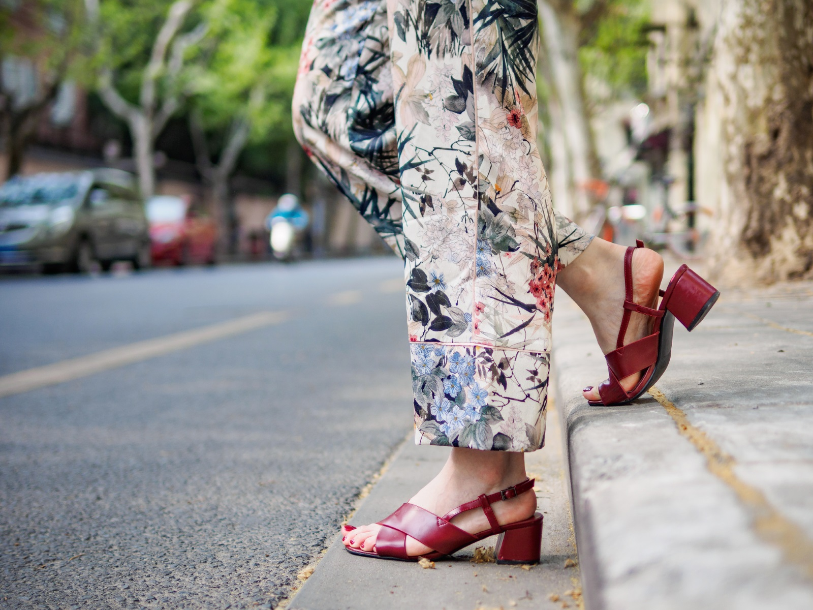 Градските момичета, които държат на комфорта пък могат да изберат сандали с груби и стабилни подметки и ток.