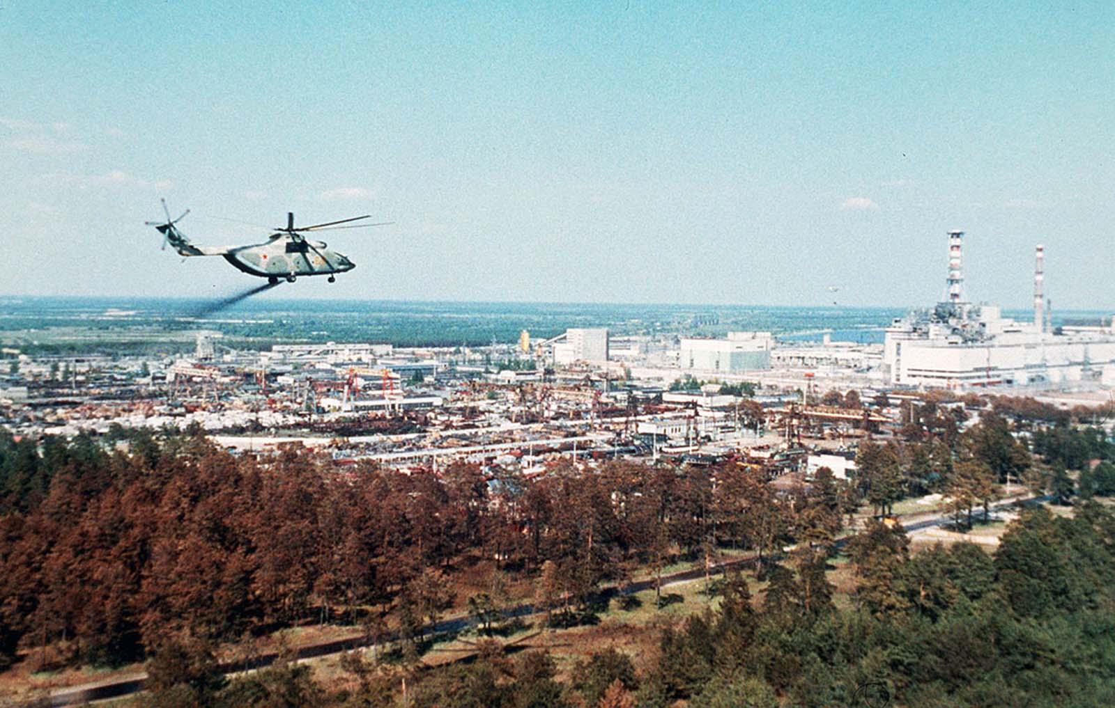 Съветски хеликоптер разпръзква специална лепкава течност, предназначена да предотврати разпръскването на радиокатвините частици.