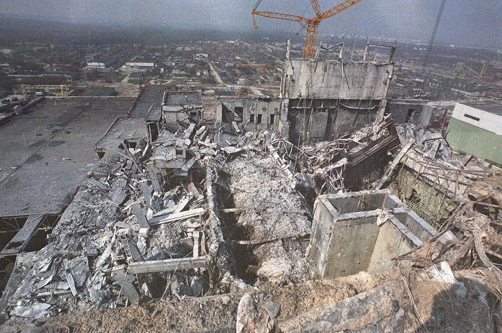 Останките от Четвърти реактор, заснети от покрива на Трети реактор.