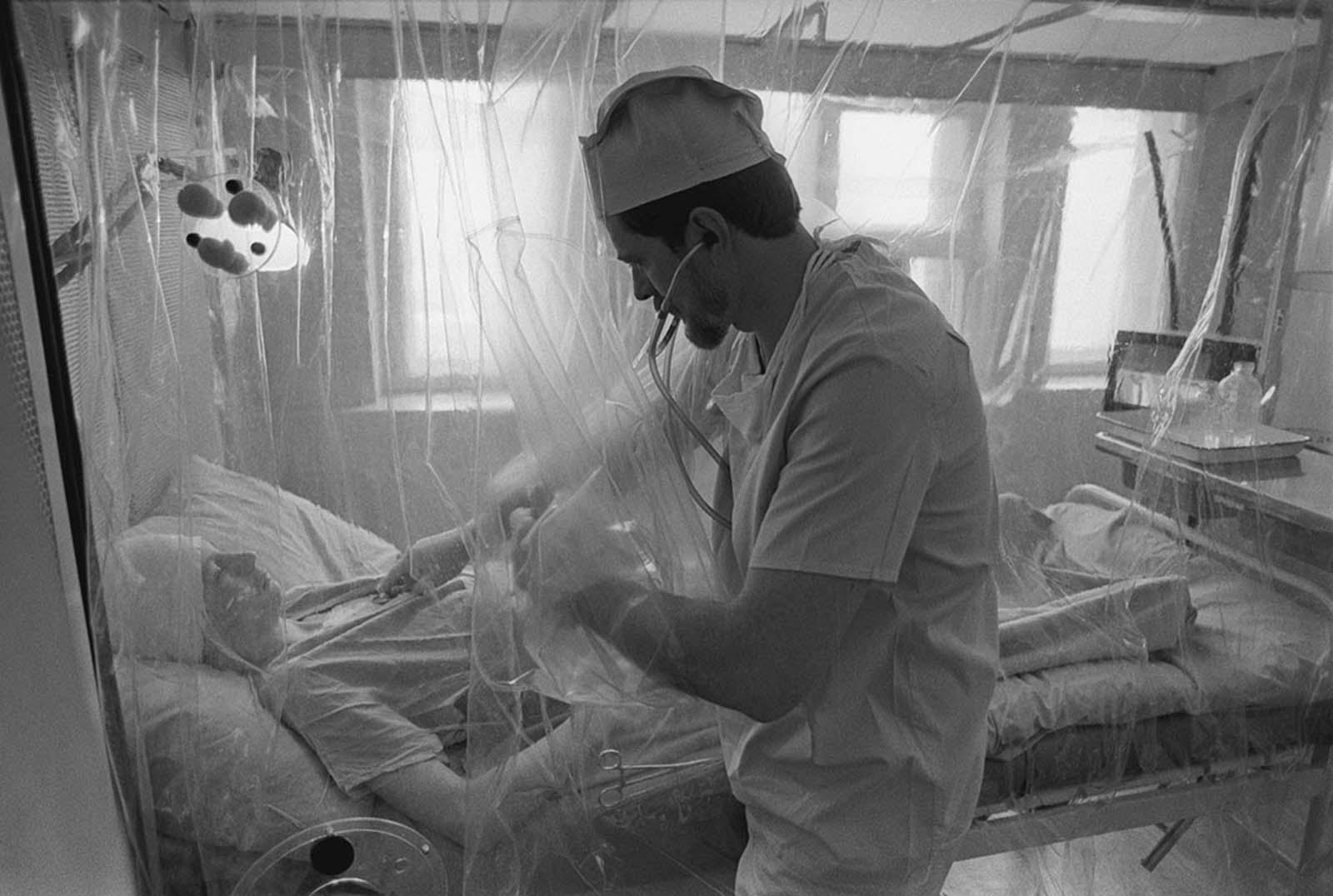 В Московска шеста клиника, специализирана за лечение вследствие на излагане на радиация, пациент се възстановява в стерилна стая след трансплантация на костен мозък.