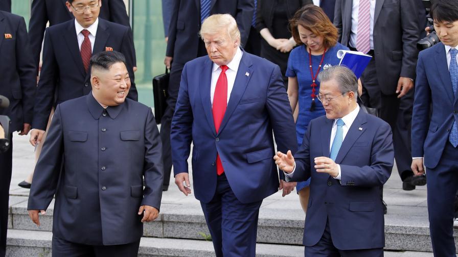 <p>Тръмп за първи път стъпи в Северна Корея</p>
