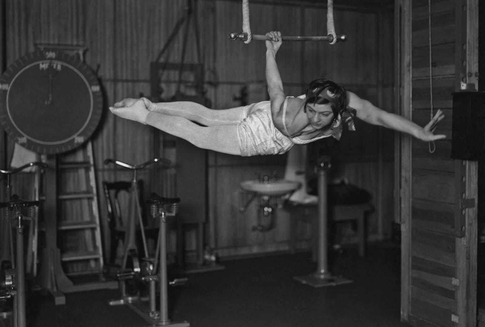 """30-те години на ХХ в., жена използва гимнастическите приспособления на борда на """"СС Бремен""""."""