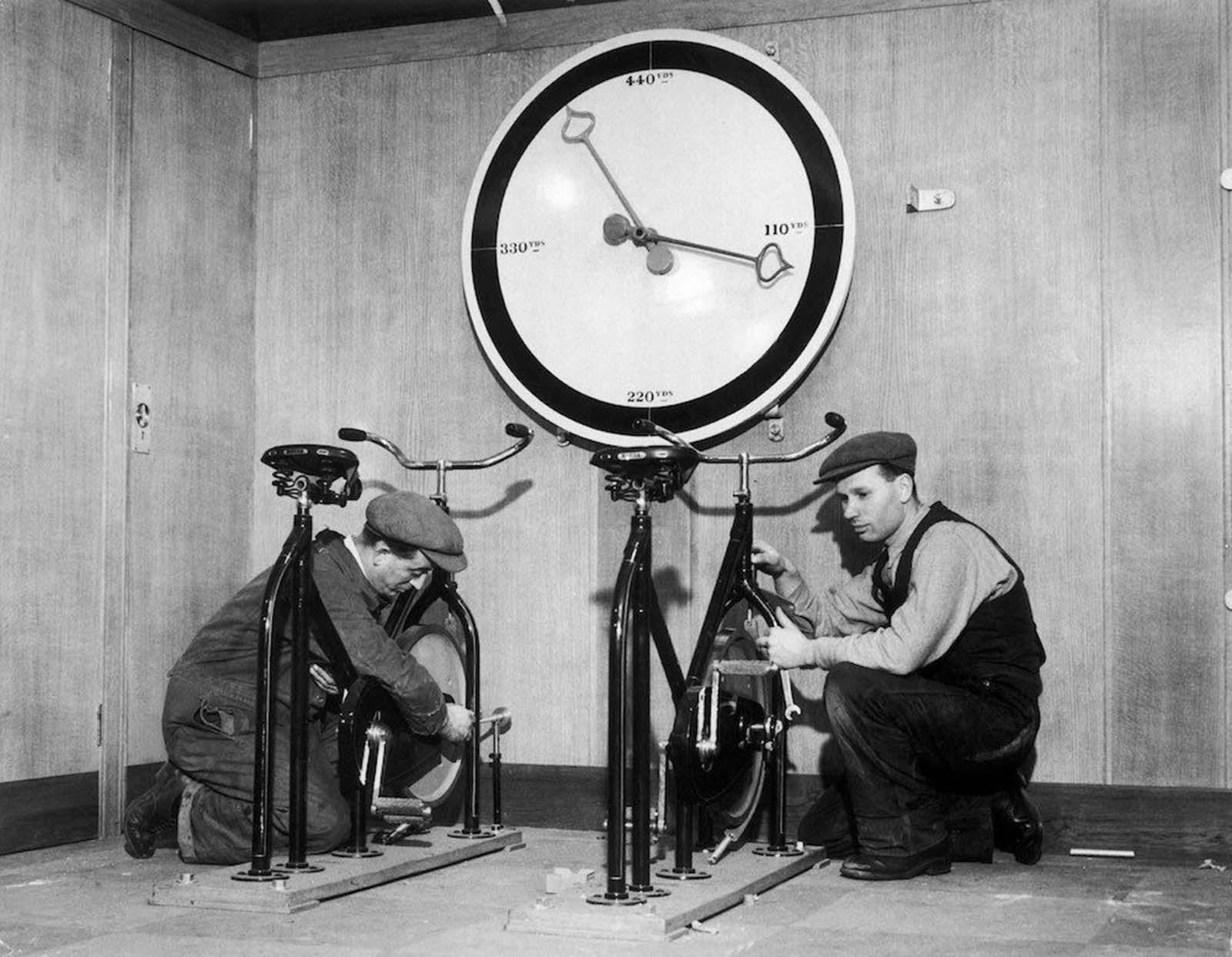 """1932: Техници проверяват велоергометрите във фитнес залата на борда на британския """"Кралица Мери"""" и измерват изминатото разстояние."""