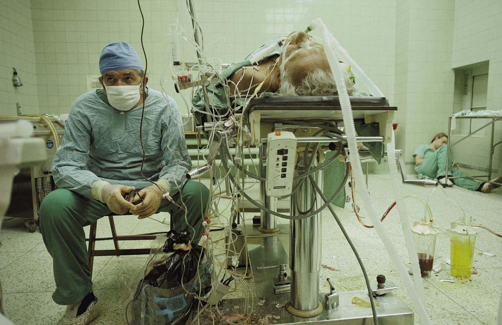 """1987: Една операция, продължила 23 ч. Снимката е наградена със """"Снимка на годината"""" за 1987 г. от """"Нешънъл Джиографик"""" и е вместена в списъка на стоте най-значими снимки в историята."""