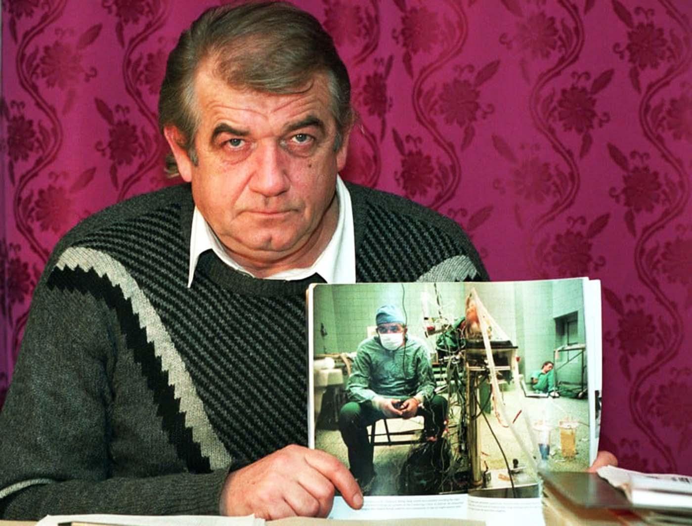 1992: Д-р Релига Сбигниев държи знаменитата снимка.