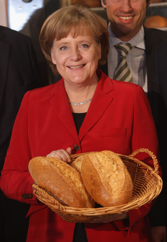 """Ангела Меркел<br /> <br /> Германският канцлер има странният навик да складира големи количесва храна и консумативи. В интервю за германско списание тя споделя, че този неин навик се зародил в нея по време на първите десетилетия от живота ѝ в Източна Германия. """"Това е дълбоко вкоренен навик, произтичащ от факта, че в една икономика, където нещата са били оскъдни, просто взимаш каквото можеш, когато можеш. Все още си купувам нещо веднага щом го видя, дори и да не се нуждая наистина от него"""", разкрива тя."""
