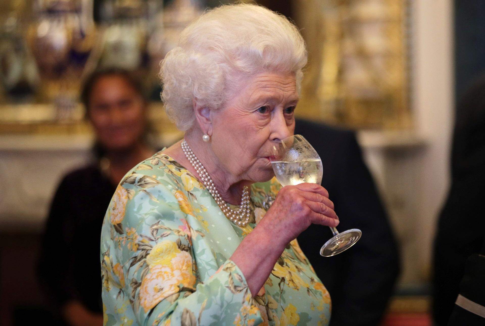 Кралица Елизабет II<br /> <br /> 93-годишният монарх на Великобритания изпива по чаша шампанско всяка вечер преди да си легне. Освен това тя обича да пие джин на обяд, преди да се наслади на вино или сухо мартини през деня.